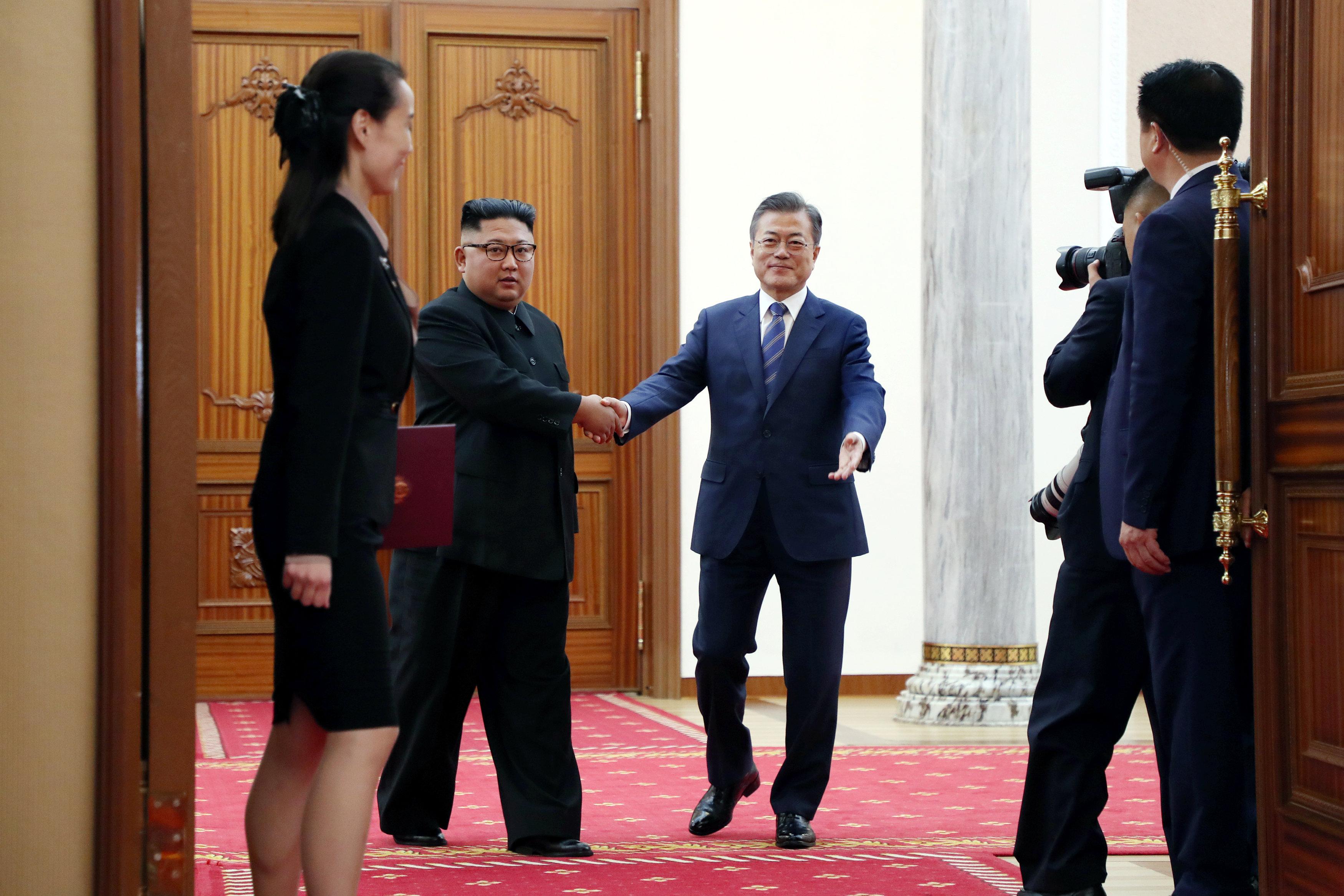 زعيما الكوريتين أثناء دخولهما لقاعة المؤتمر الصحفى