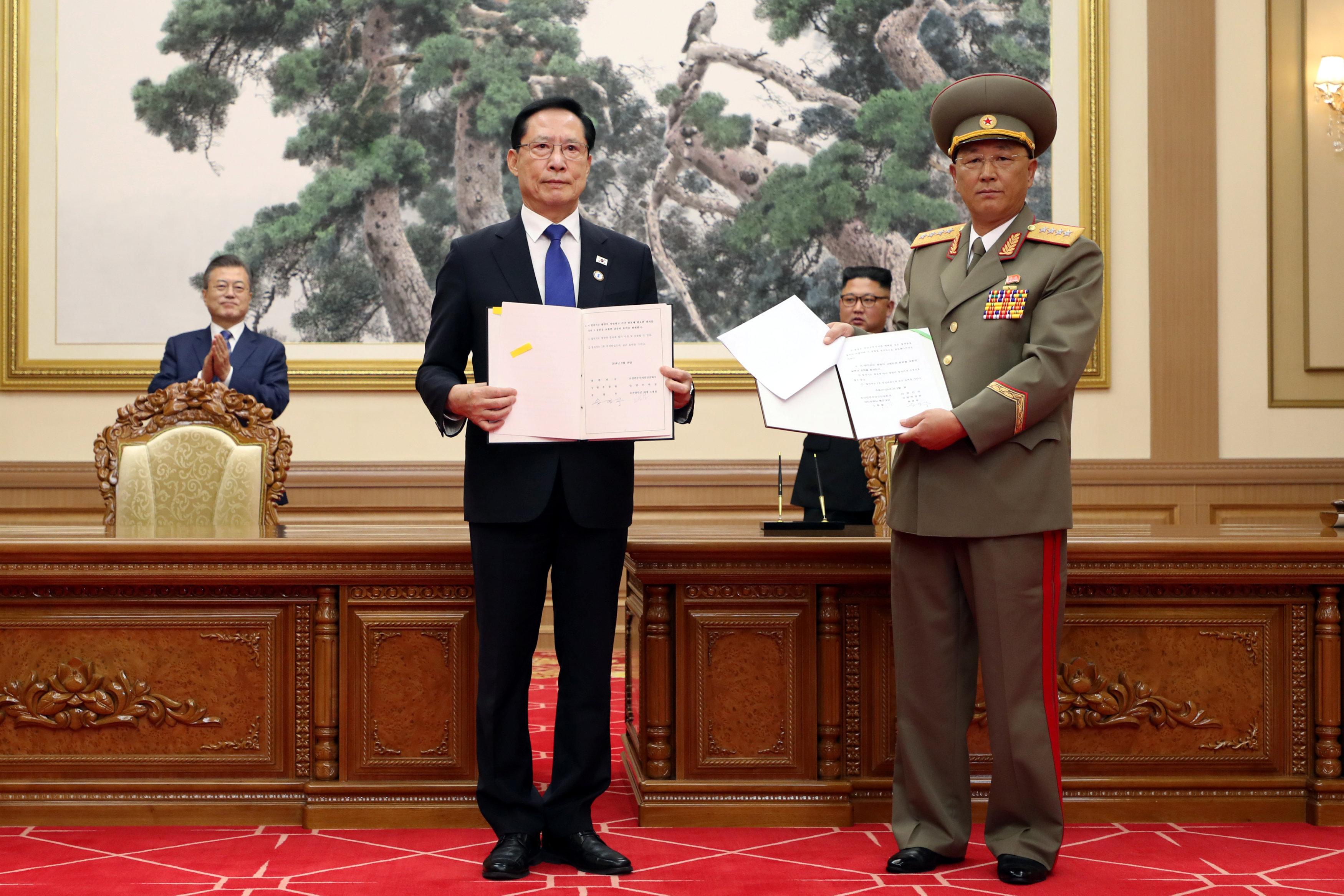 وزيرا دفاع البلدين بعد التوقيع على اتفاقية لوقف المناورات العسكرية على الحدود
