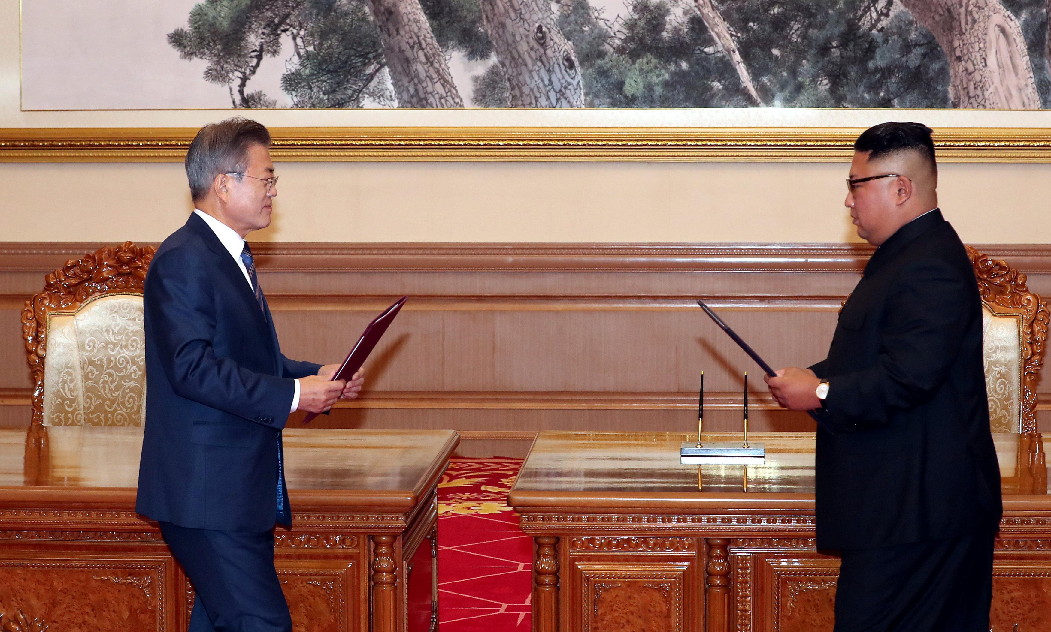 مون وكيم يتبادلان مذكرات الاتفاقات التى تم توقيعها