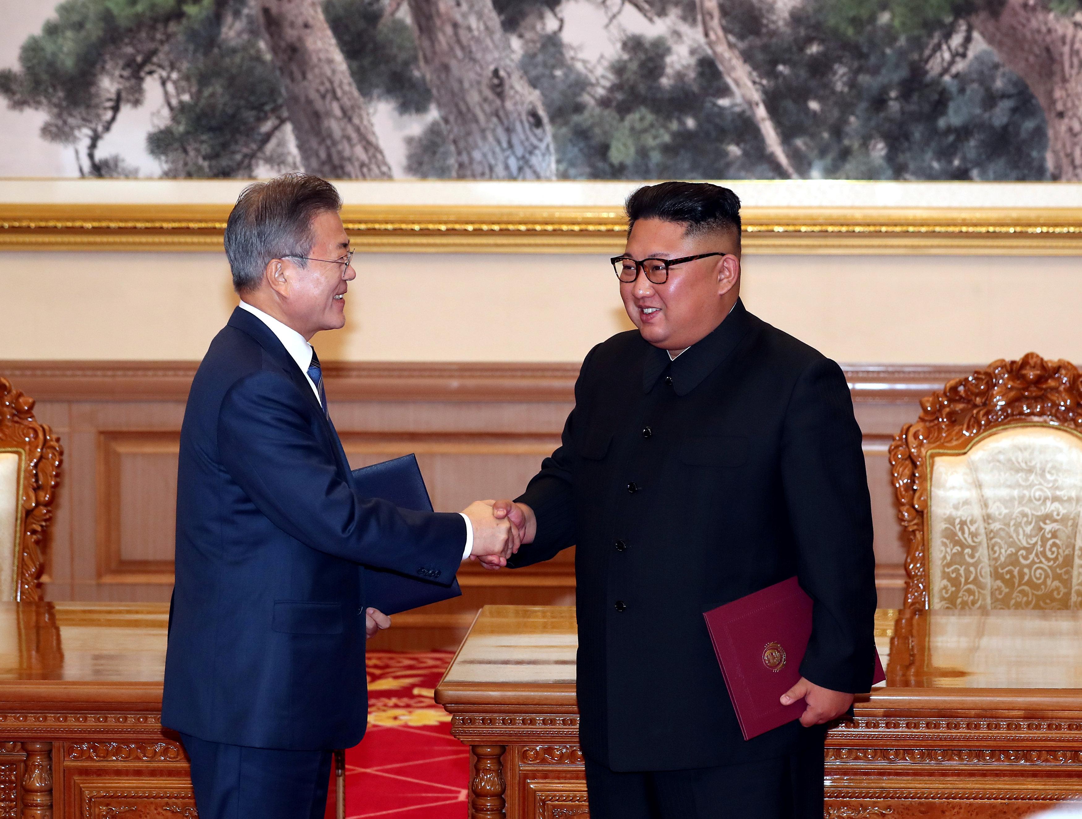 مصافحة بين زعيما الكوريتين بعد التوقيع على اتفاق