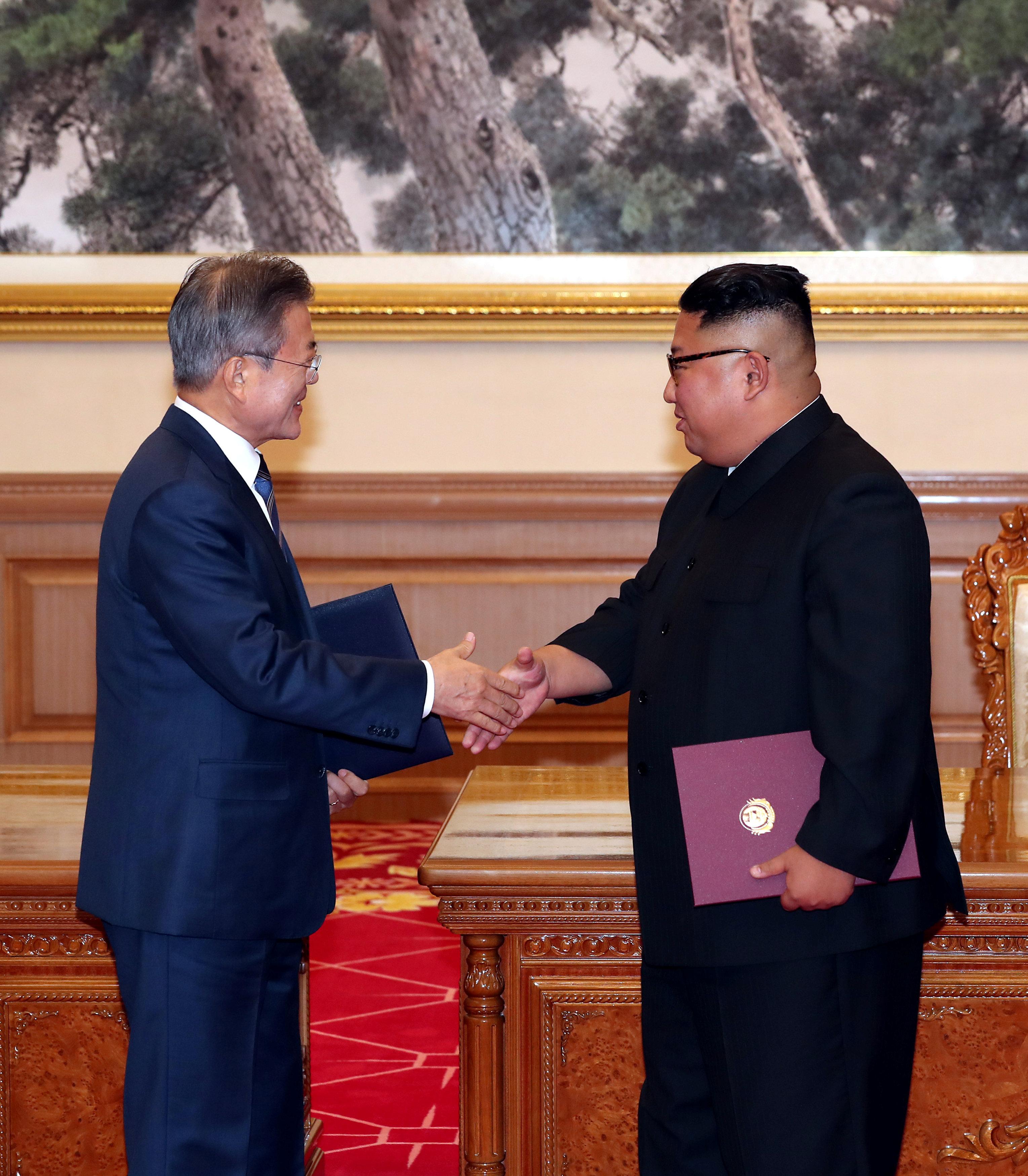 زعيما الكوريتين وقعا عدد من الاتفاق حول نزع السلاح النووى