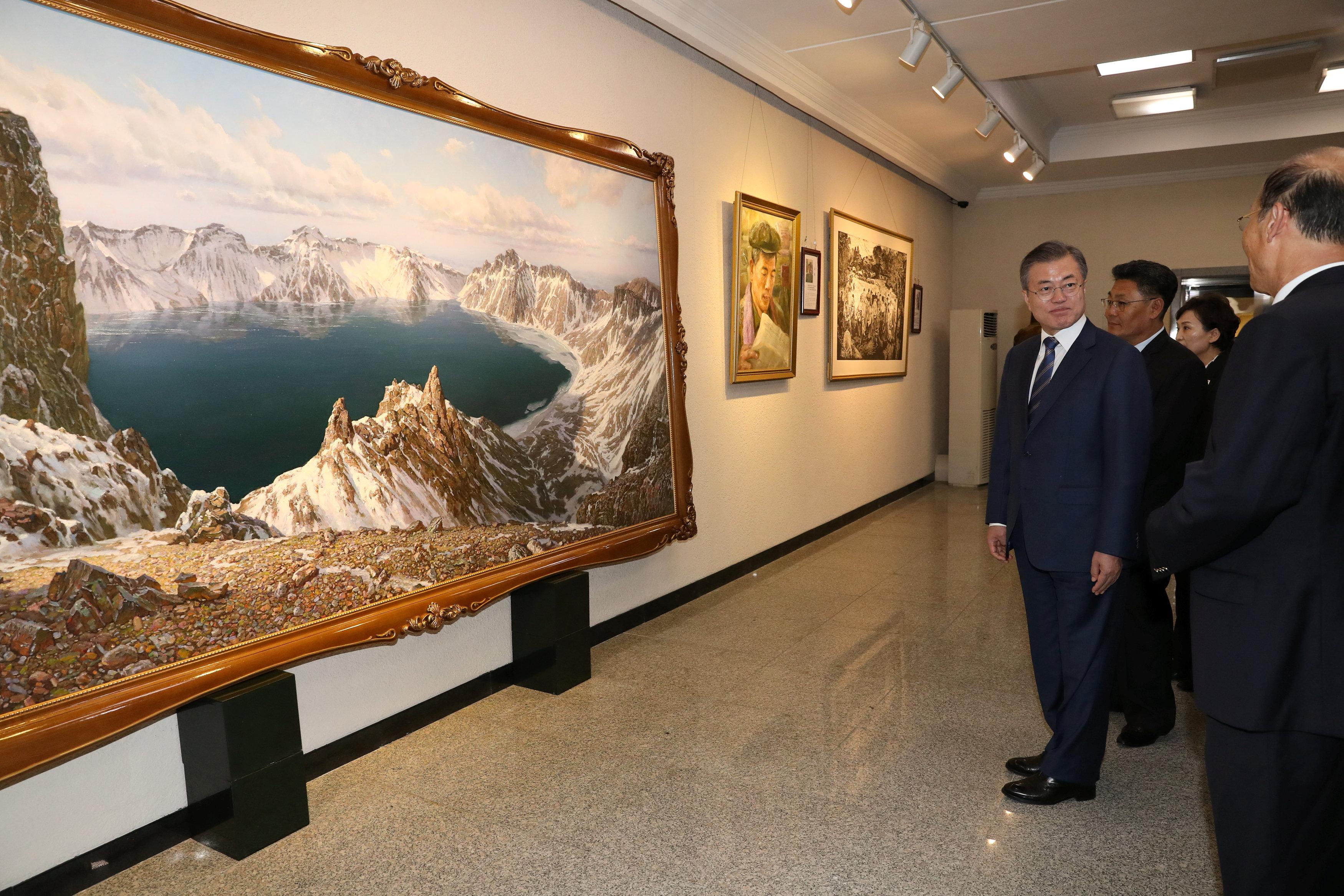 مون فى زيارته لمعرض فنى ببيونج يانج