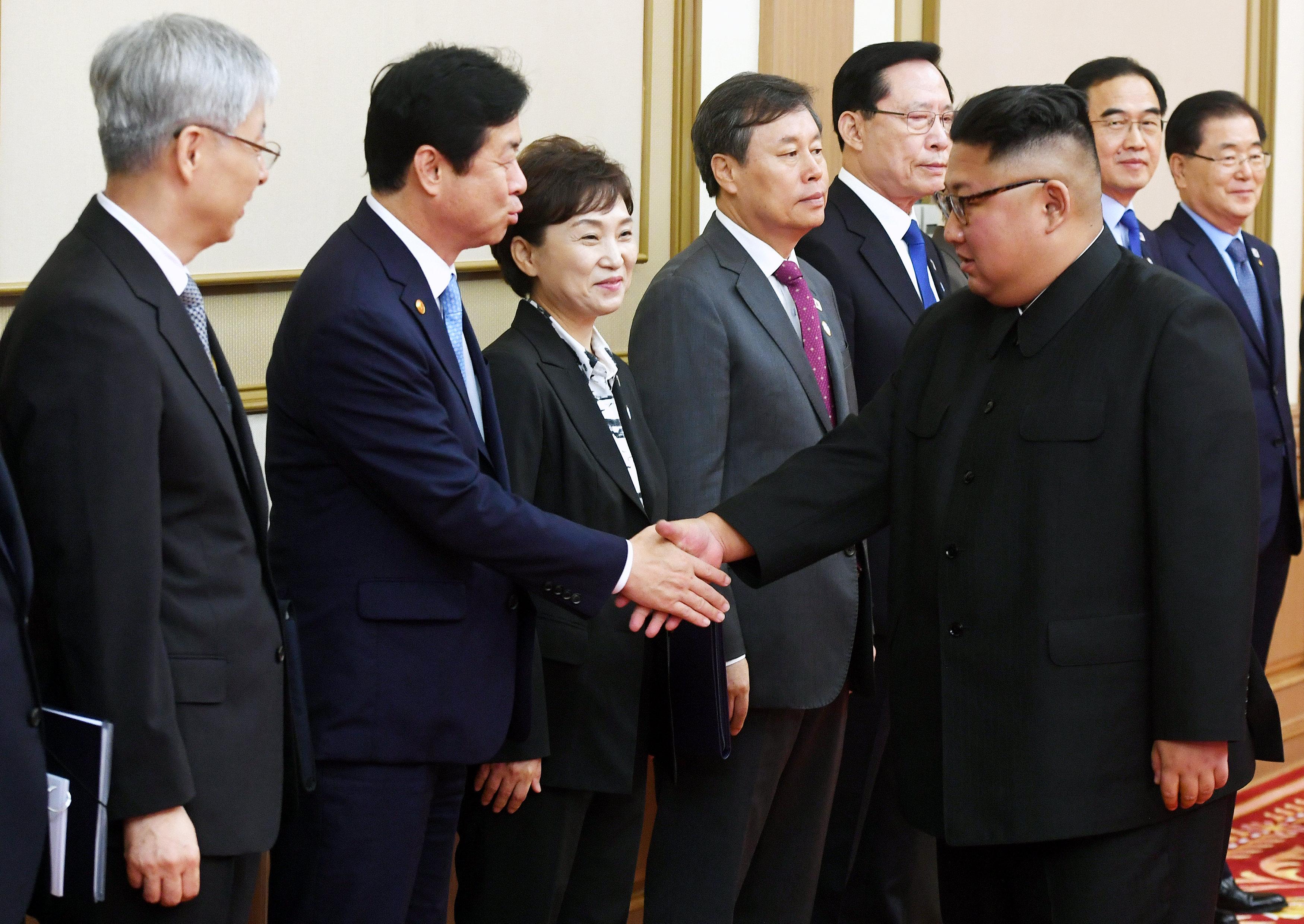 كيم جونج أون يصافح مسؤولى كوريا الجنوبية