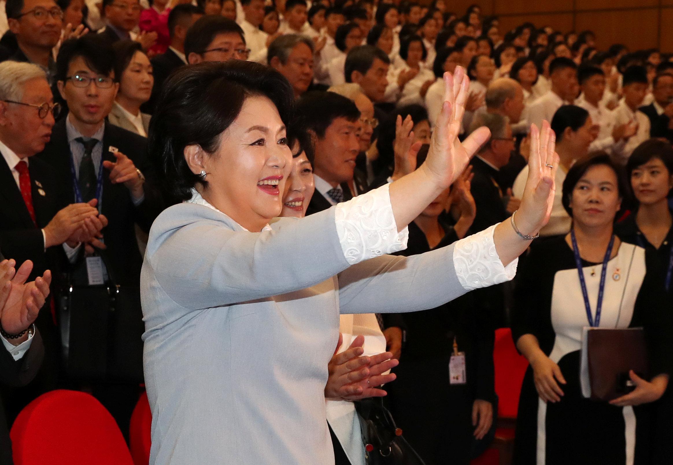 زوجة رئيس كوريا الجنوبية تحيى الأطفال المشاركين فى عرض مسرحى