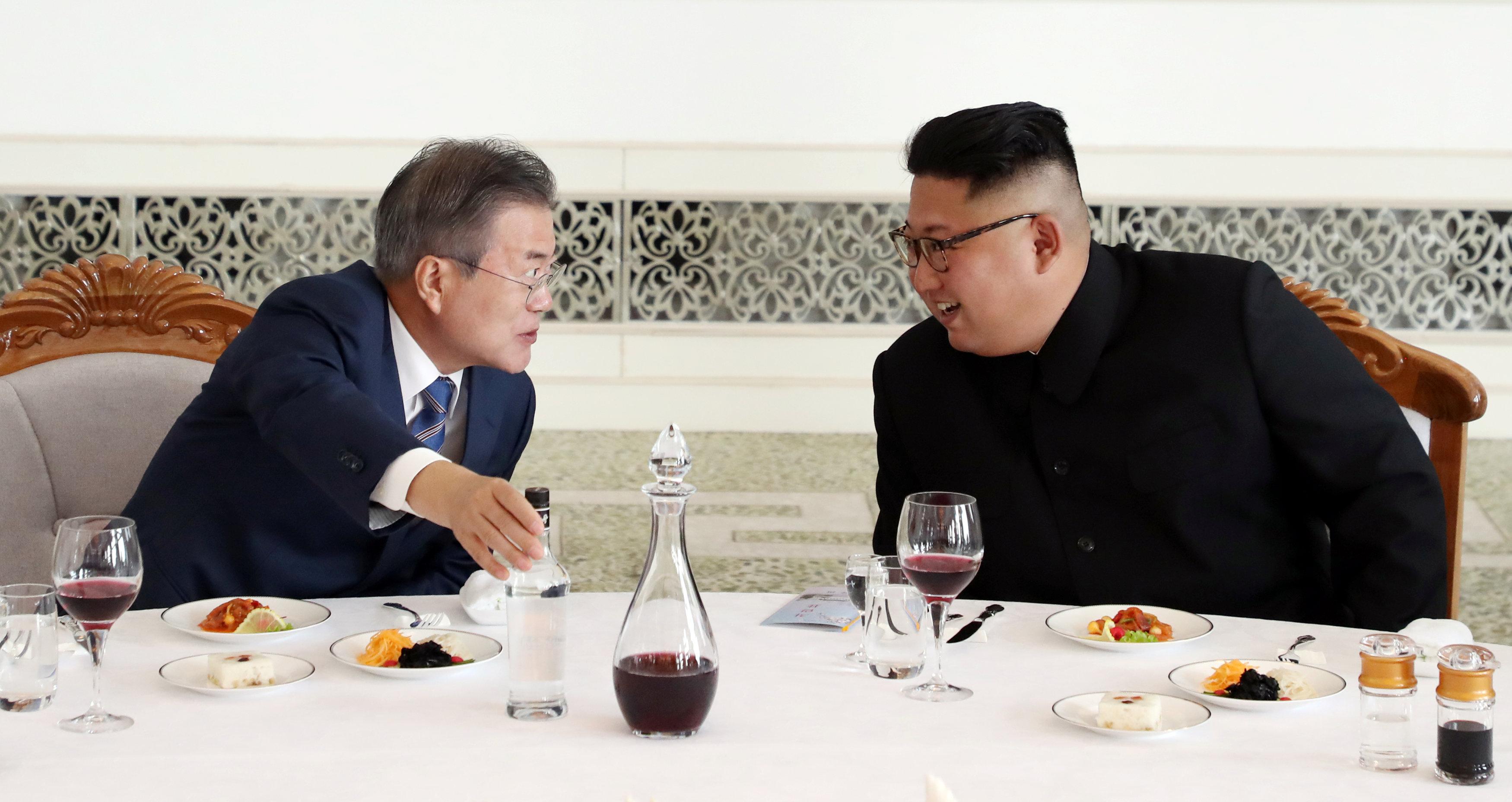 كيم ومون وحديث على المائدة