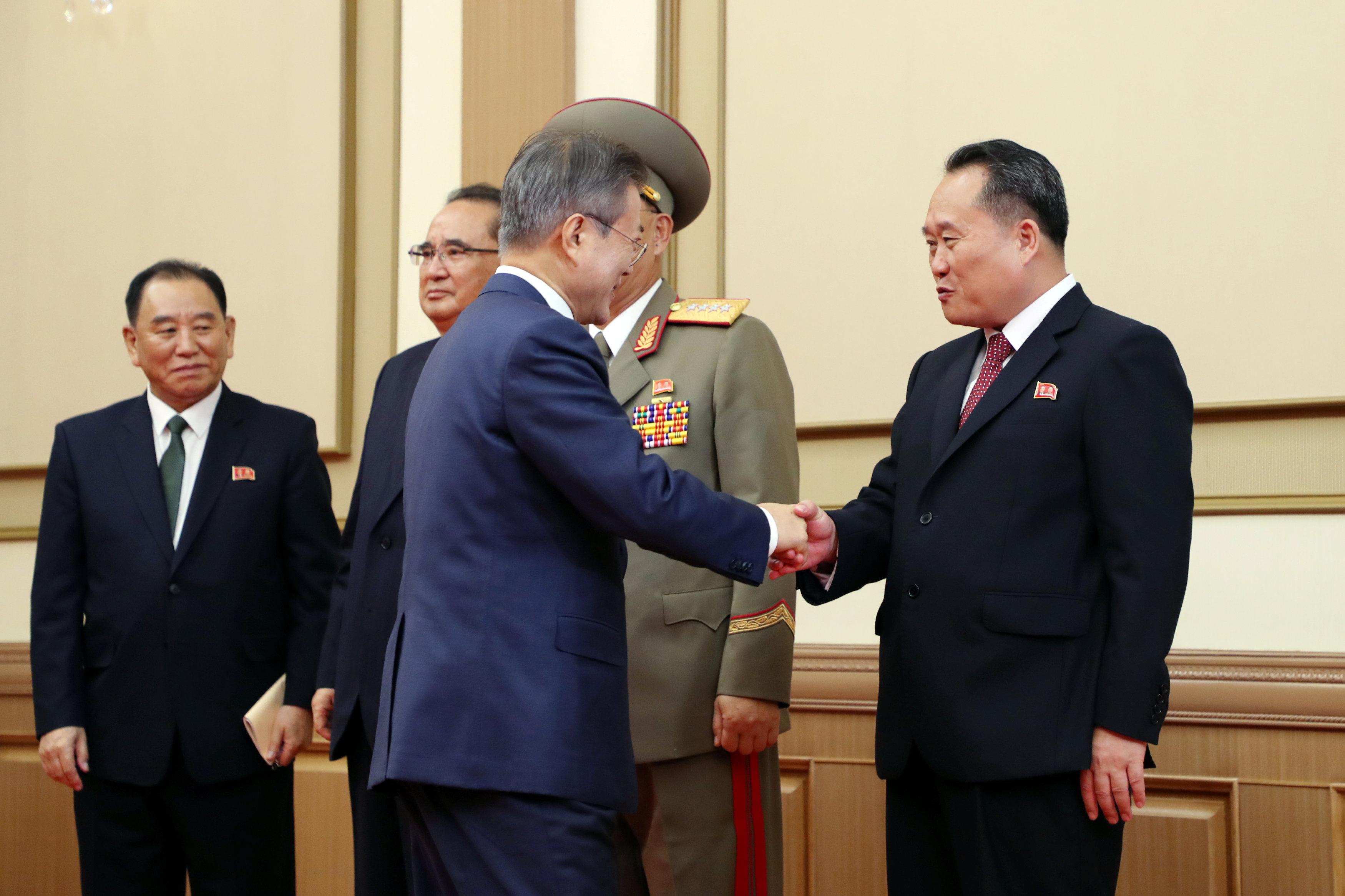 رئيس كوريا الجنوبية يصافح وزير خارجية كوريا الشمالية