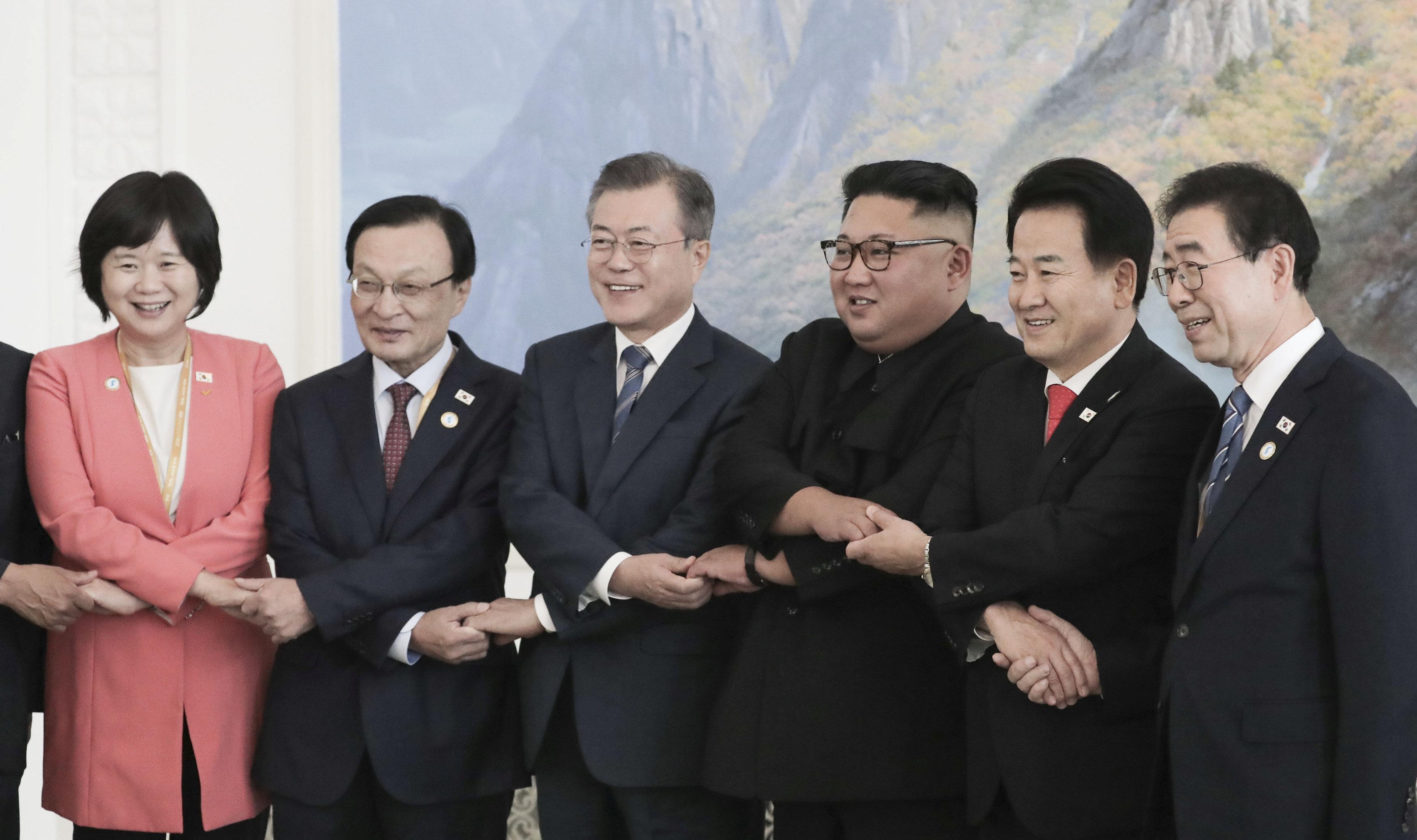 صورة تذكارية بين زعيم كوريا الشمالية والوفد الكورى الجنوبى