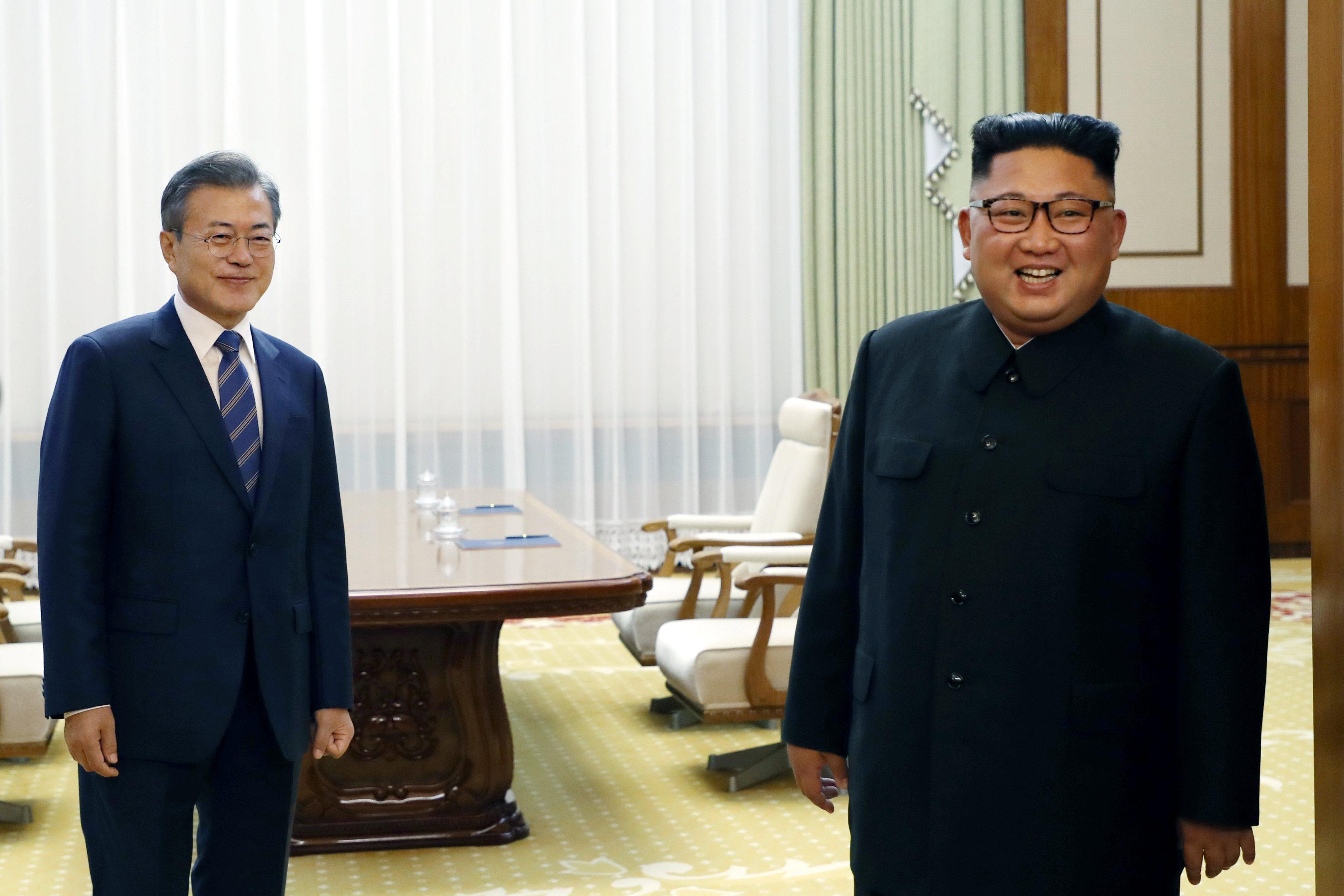 صورة تذكارية لزعيما الكوريتين فى أعقاب مفاوضتهما