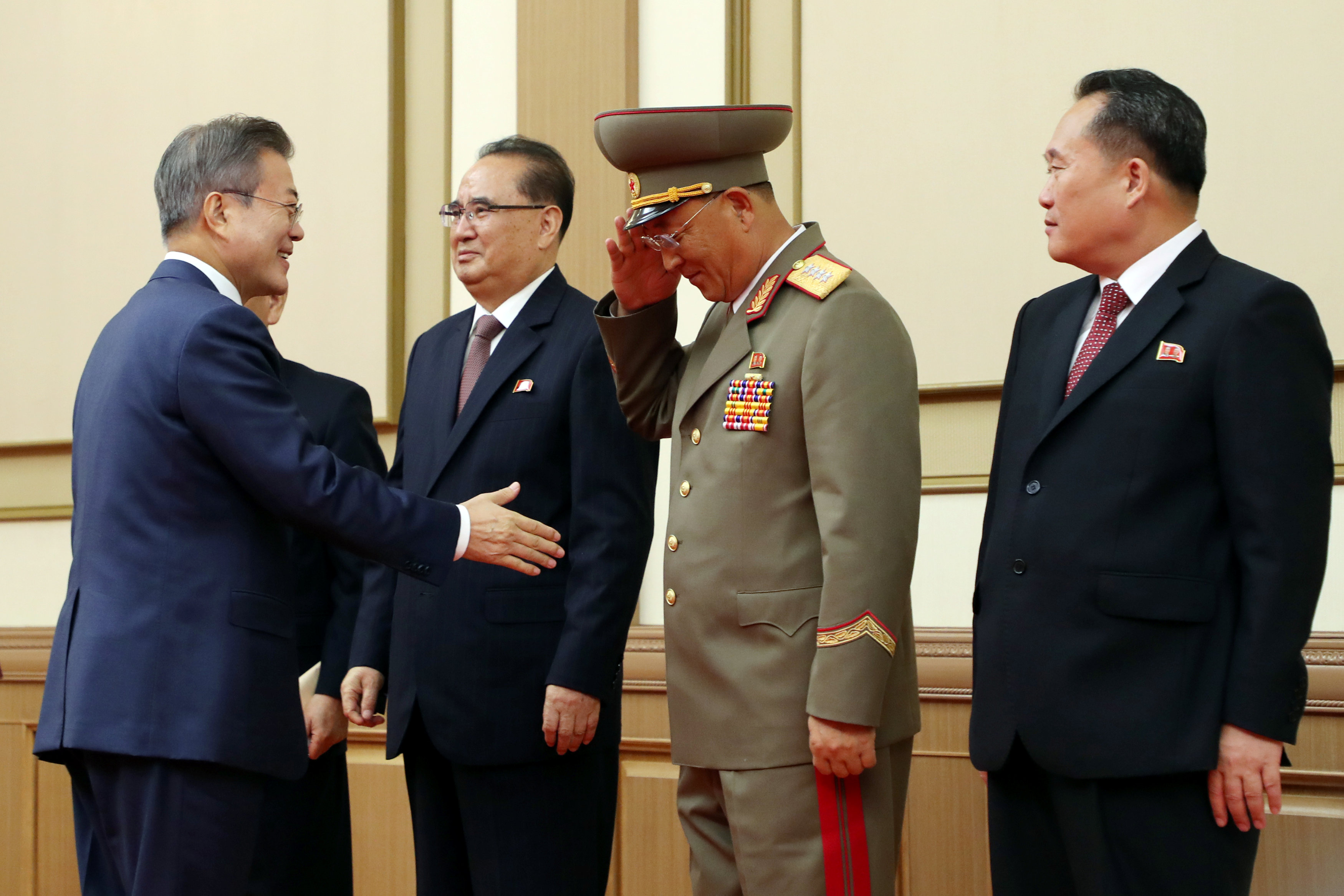 رئيس كوريا الجنوبية يصافح وزير الدفاع الكورى الشمالى