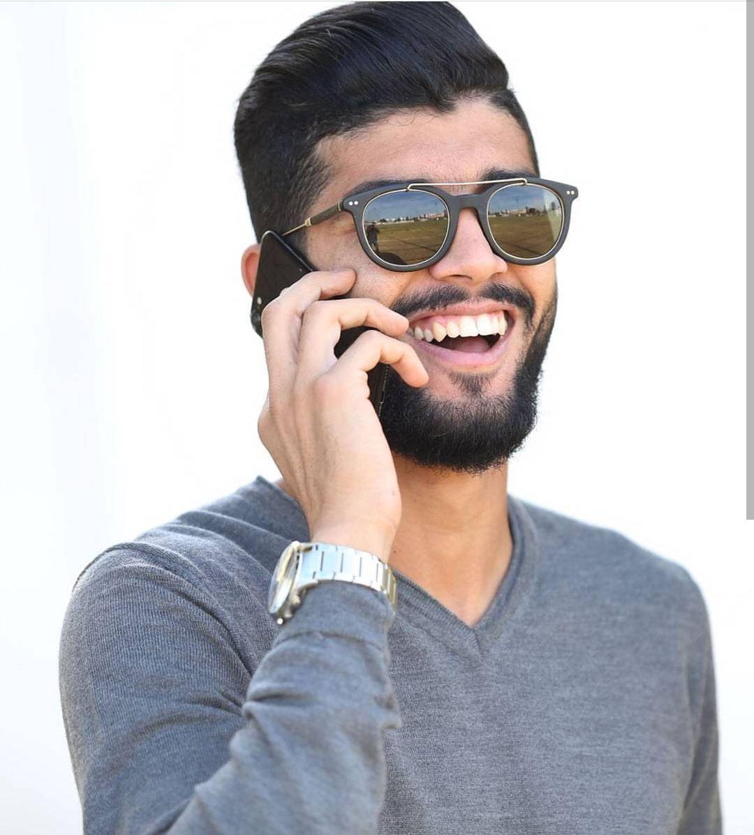 فرجانى ساسى يتحدث فى التليفون