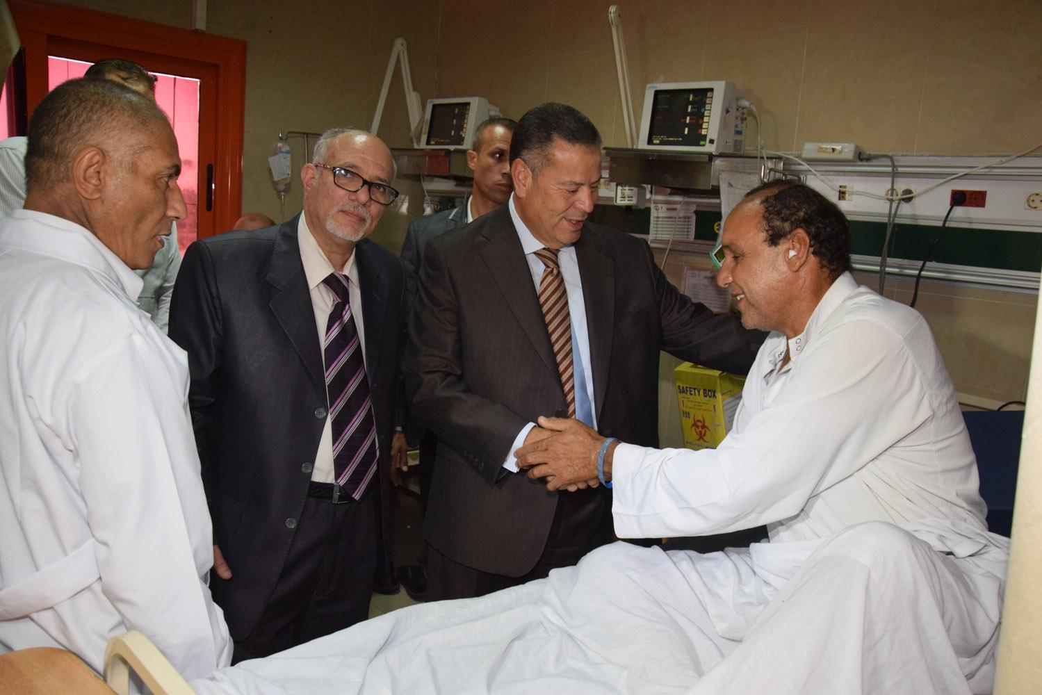 محافظ بنى سويف يتفقد حالة المرضى بمستشفى التأمين الصحى (6)