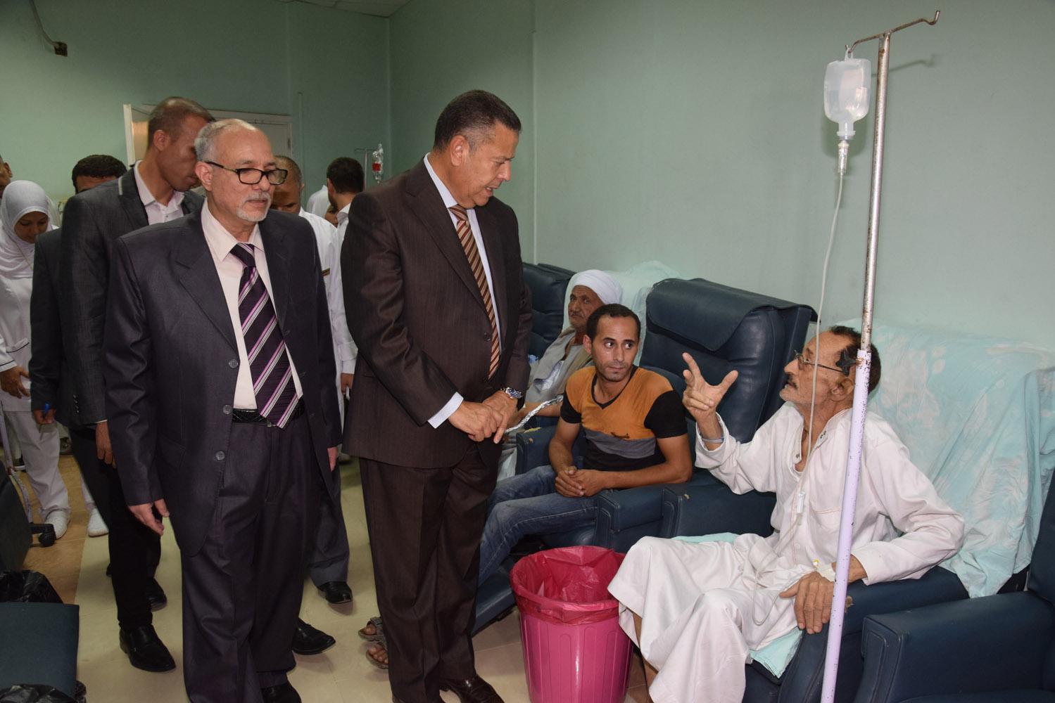محافظ بنى سويف يتفقد حالة المرضى بمستشفى التأمين الصحى (2)