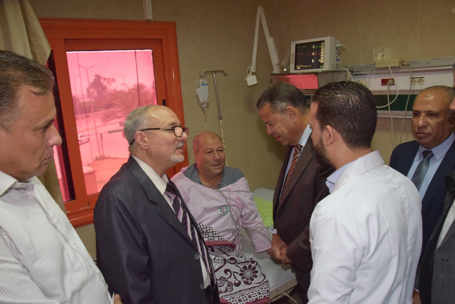 محافظ بنى سويف يتفقد حالة المرضى بمستشفى التأمين الصحى (5)