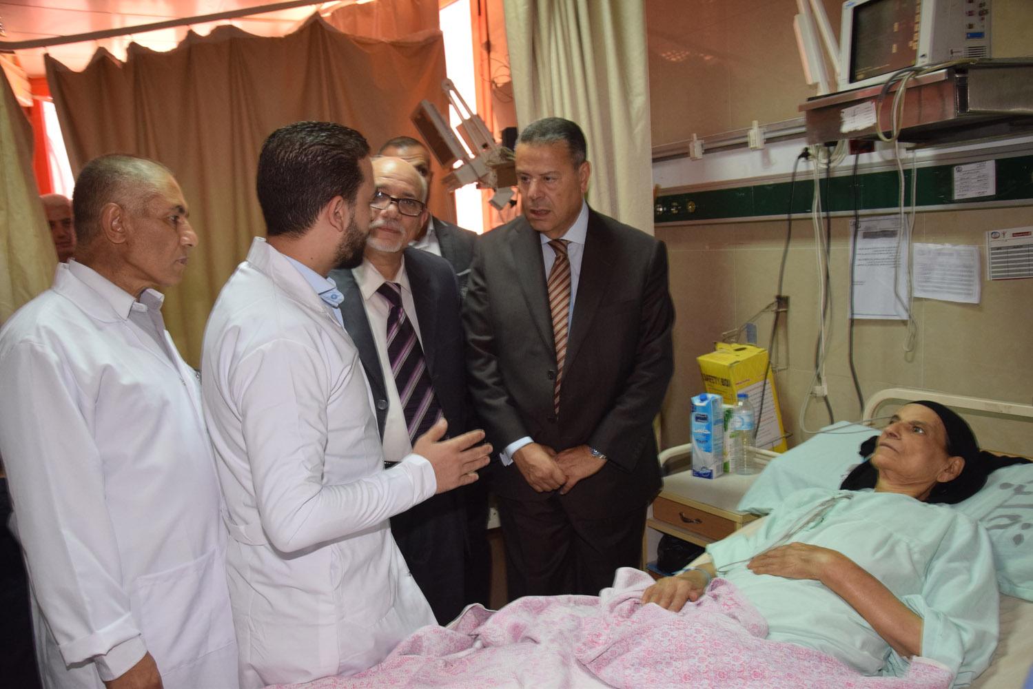 محافظ بنى سويف يتفقد حالة المرضى بمستشفى التأمين الصحى (4)