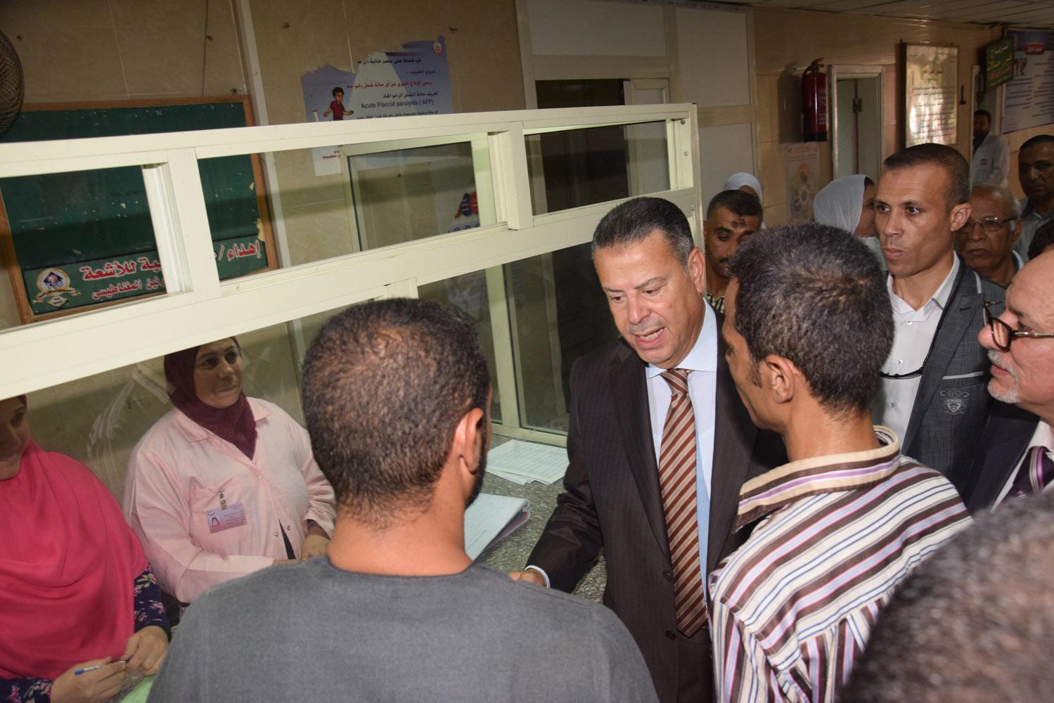 محافظ بنى سويف يتفقد حالة المرضى بمستشفى التأمين الصحى (7)
