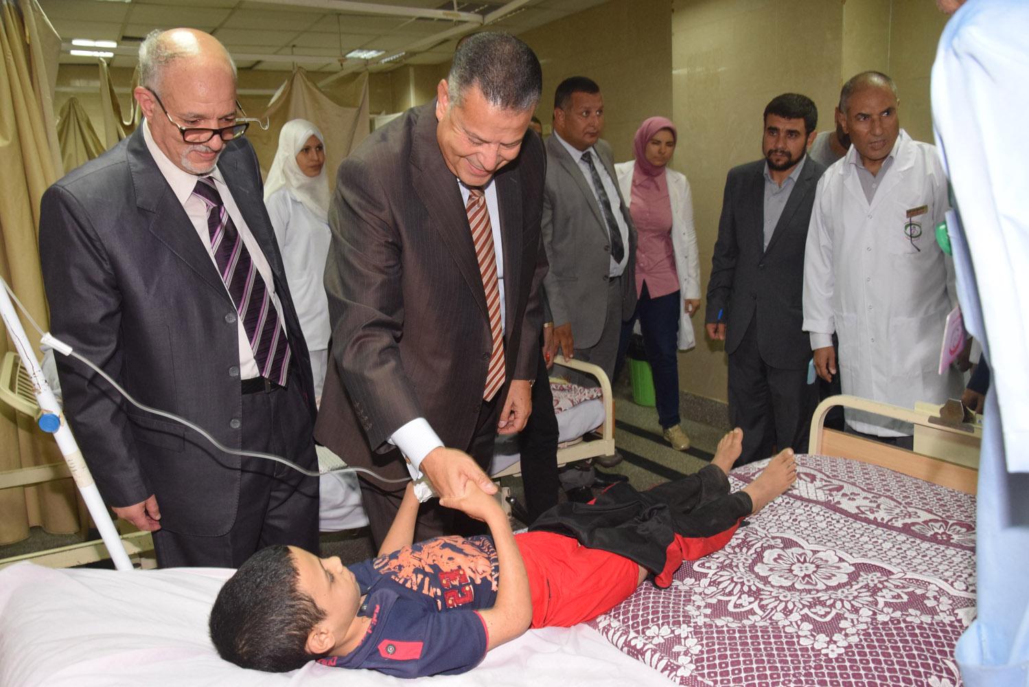 محافظ بنى سويف يتفقد حالة المرضى بمستشفى التأمين الصحى (8)