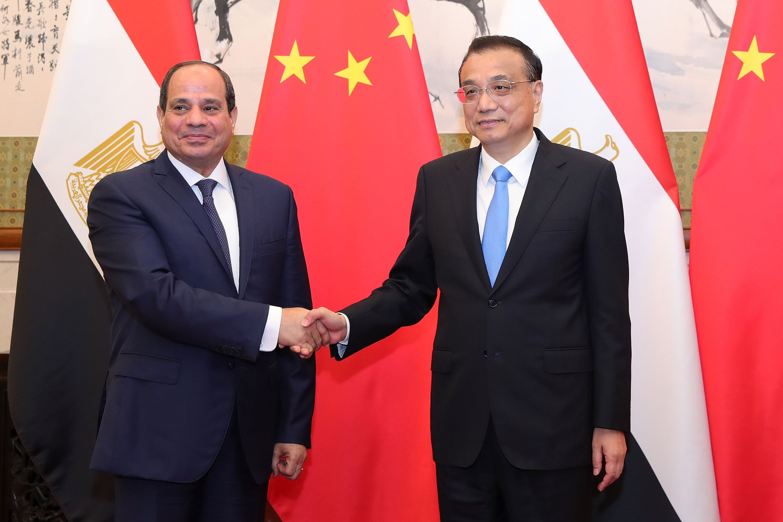 الرئيس السيسى يصافح رئيس مجلس الدولة الصينى