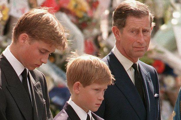 الأمير تشارلز وولديه ويليام وهاى  أثناء جنازة ديانا 1