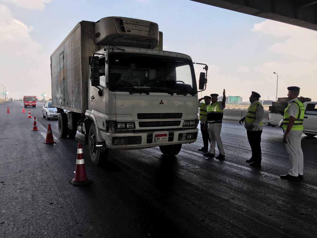 رجال المرور ستوقف سائق نقل لفحص الرخص