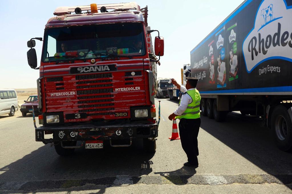 رجل المرور يستوقف سائق لفحص الرخص