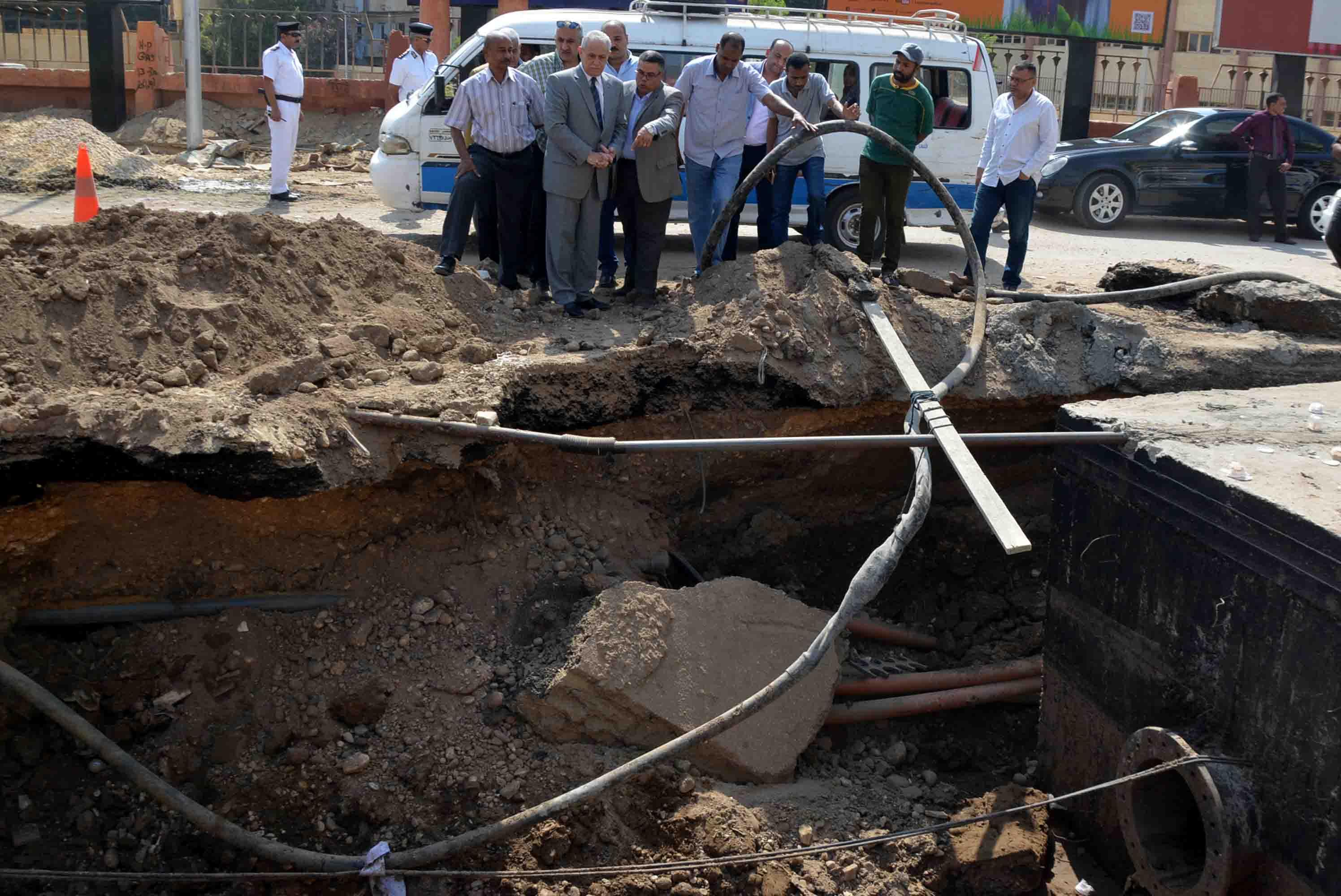محافظ الأقصر يتفقد ضم خطوط المياة الجديدة بشارع خالد بن الوليد