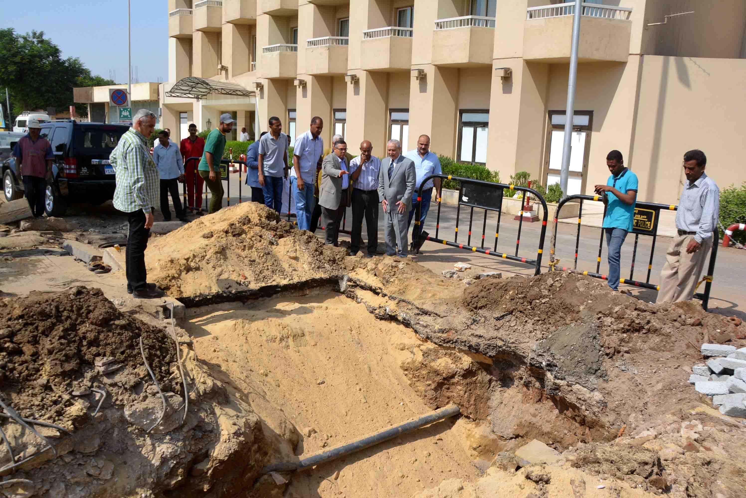 المحافظ يتابع ضم خطوط المياة لخدمة الفنادق بشارع خالد بن الوليد