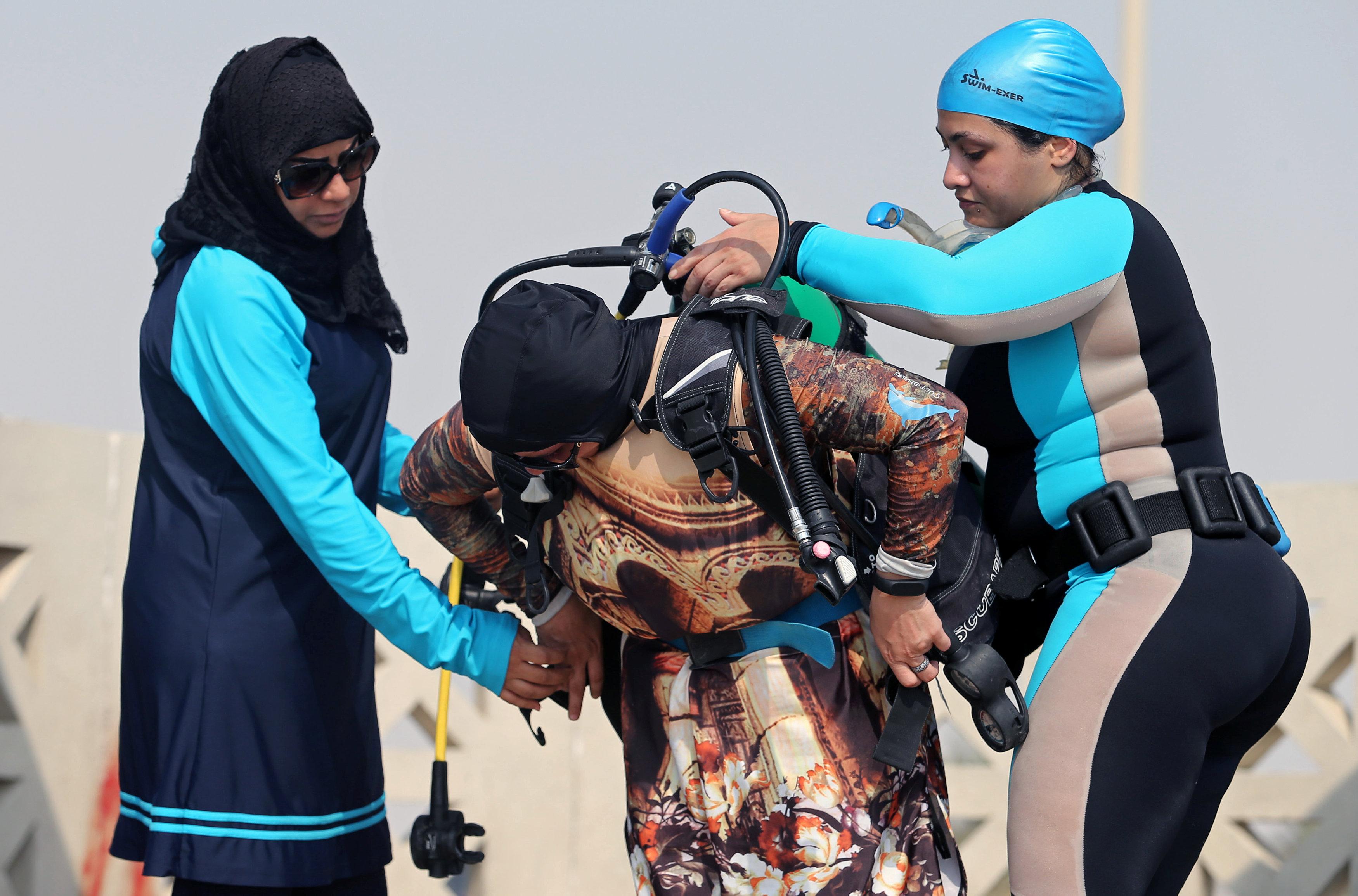 نساء سعوديات يتدربن على رياضة الغطس (6)