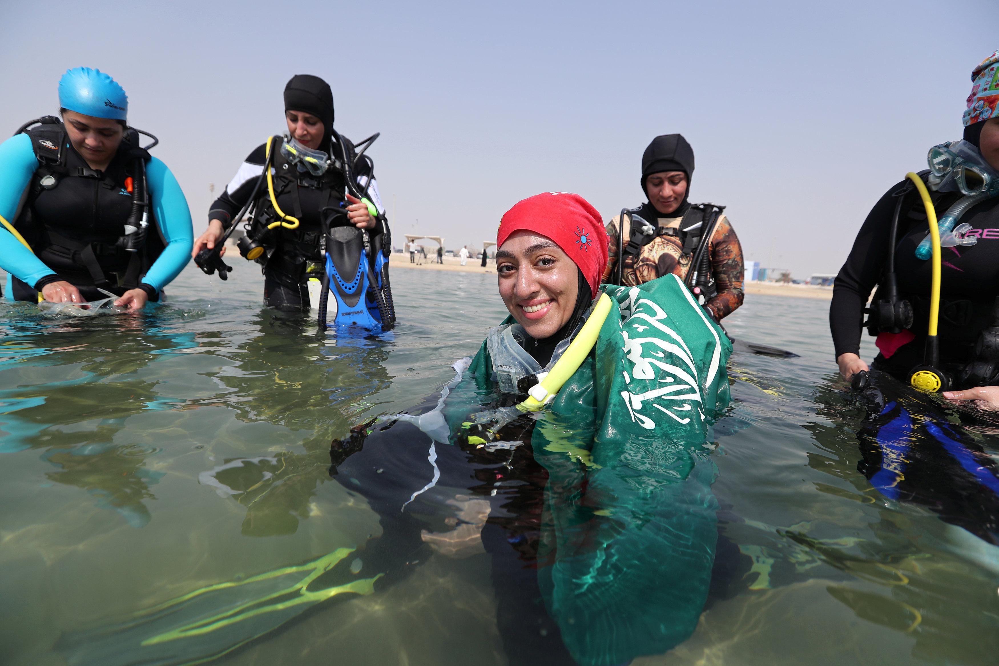 نساء سعوديات يتدربن على رياضة الغطس (9)