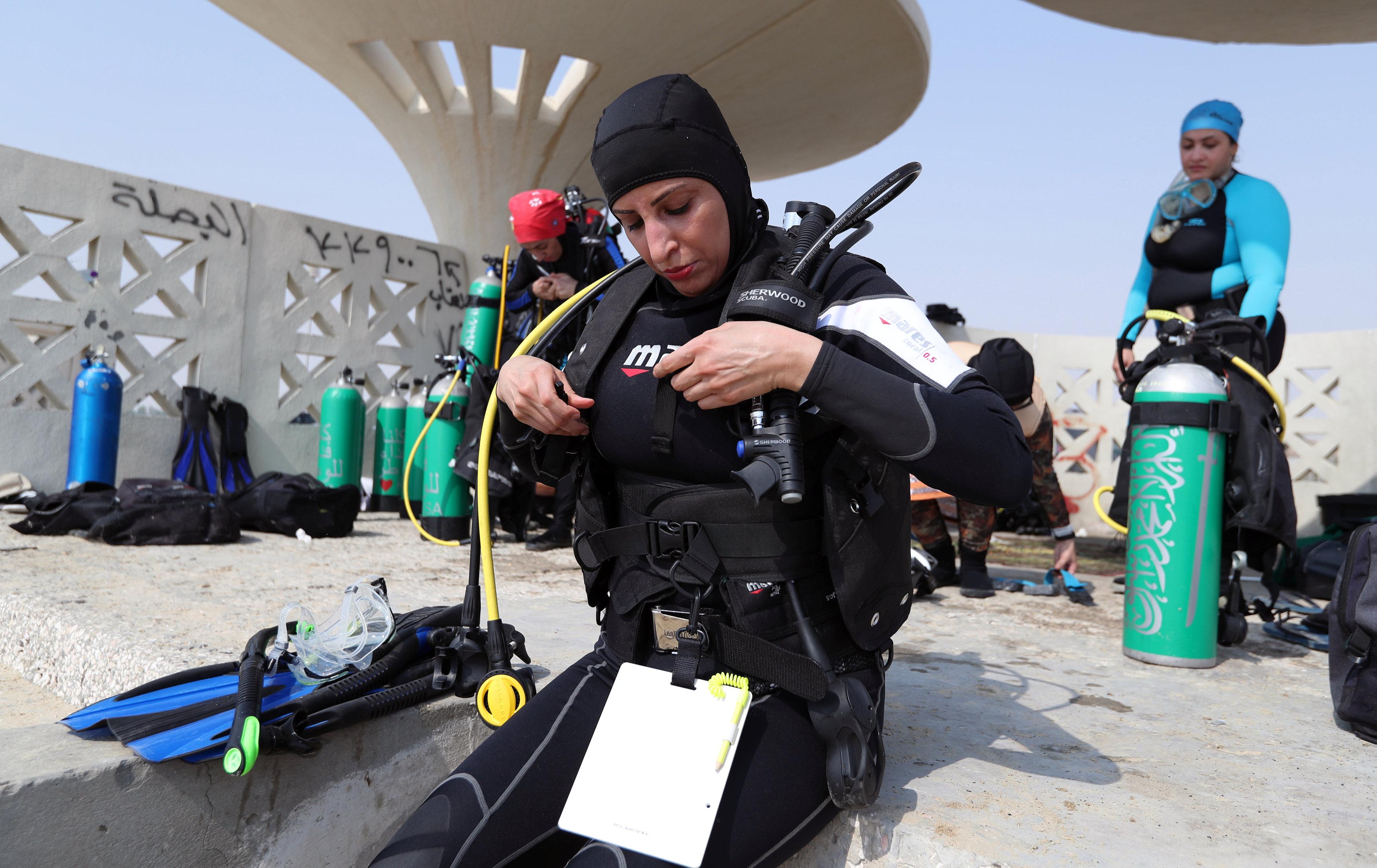 نساء سعوديات يتدربن على رياضة الغطس (5)