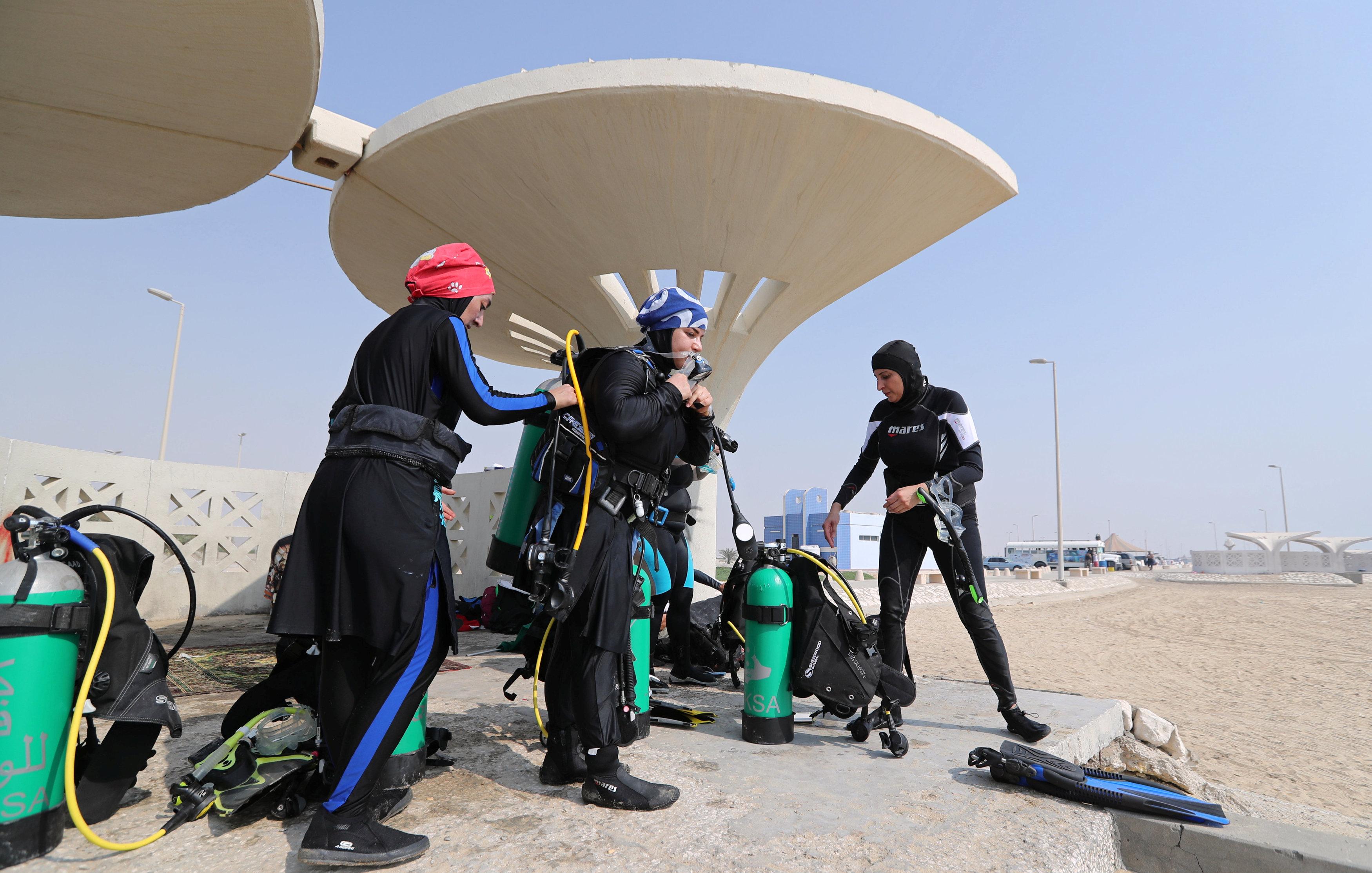 نساء سعوديات يتدربن على رياضة الغطس (4)