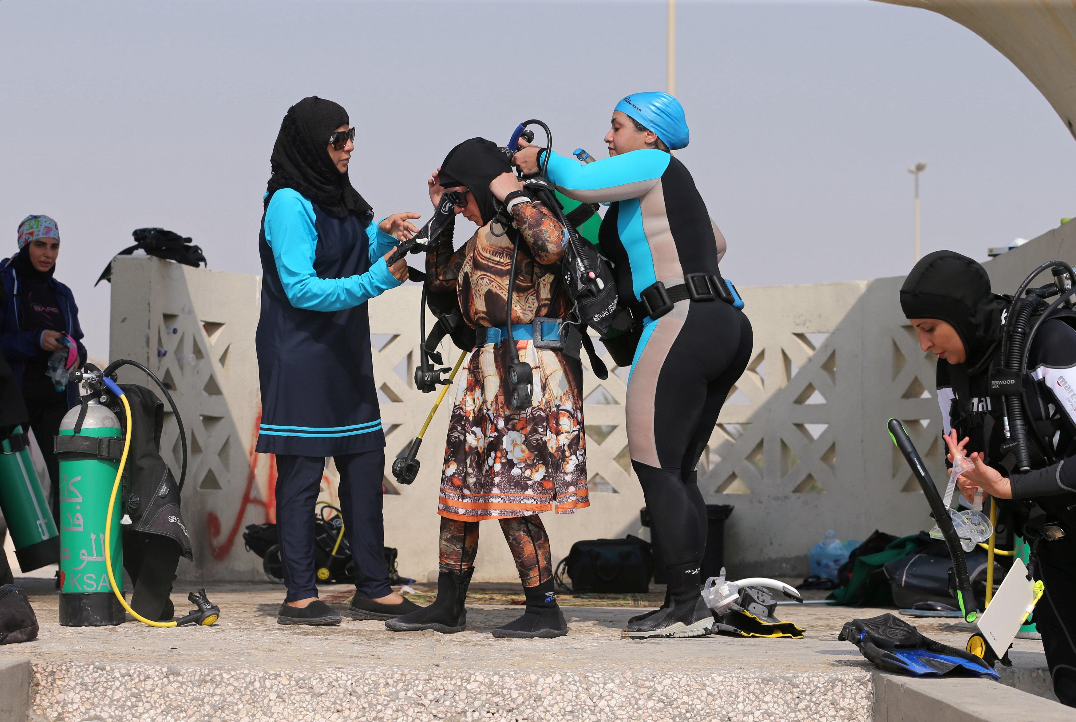 نساء سعوديات يتدربن على رياضة الغطس (8)