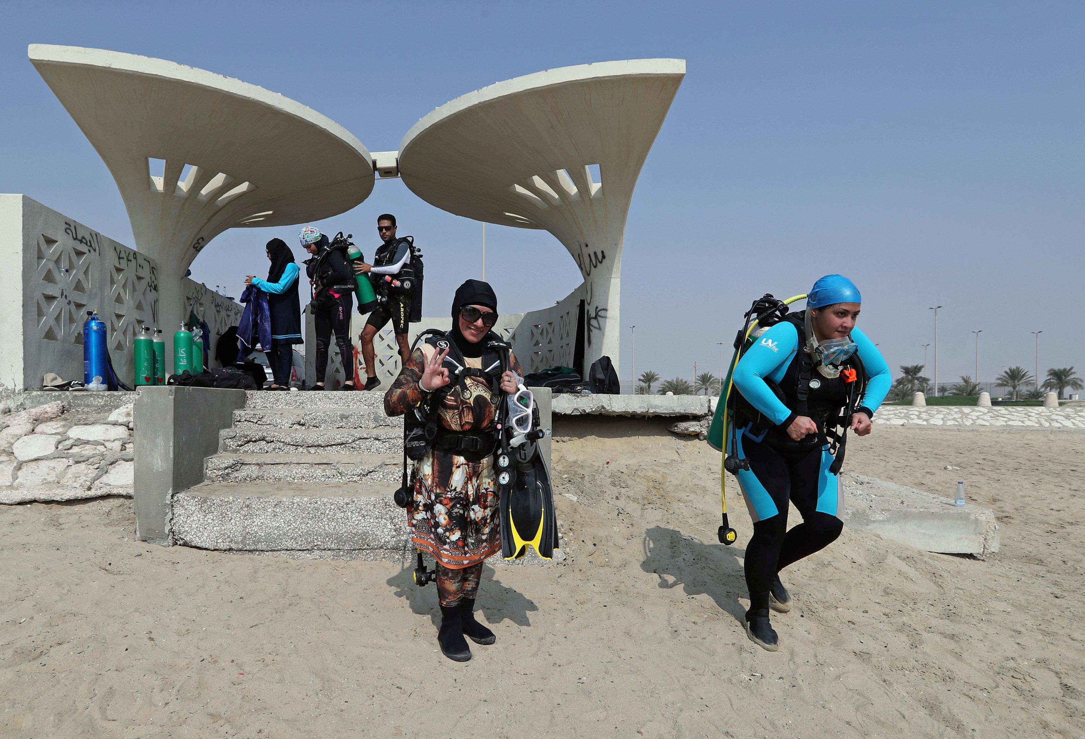 نساء سعوديات يتدربن على رياضة الغطس (2)