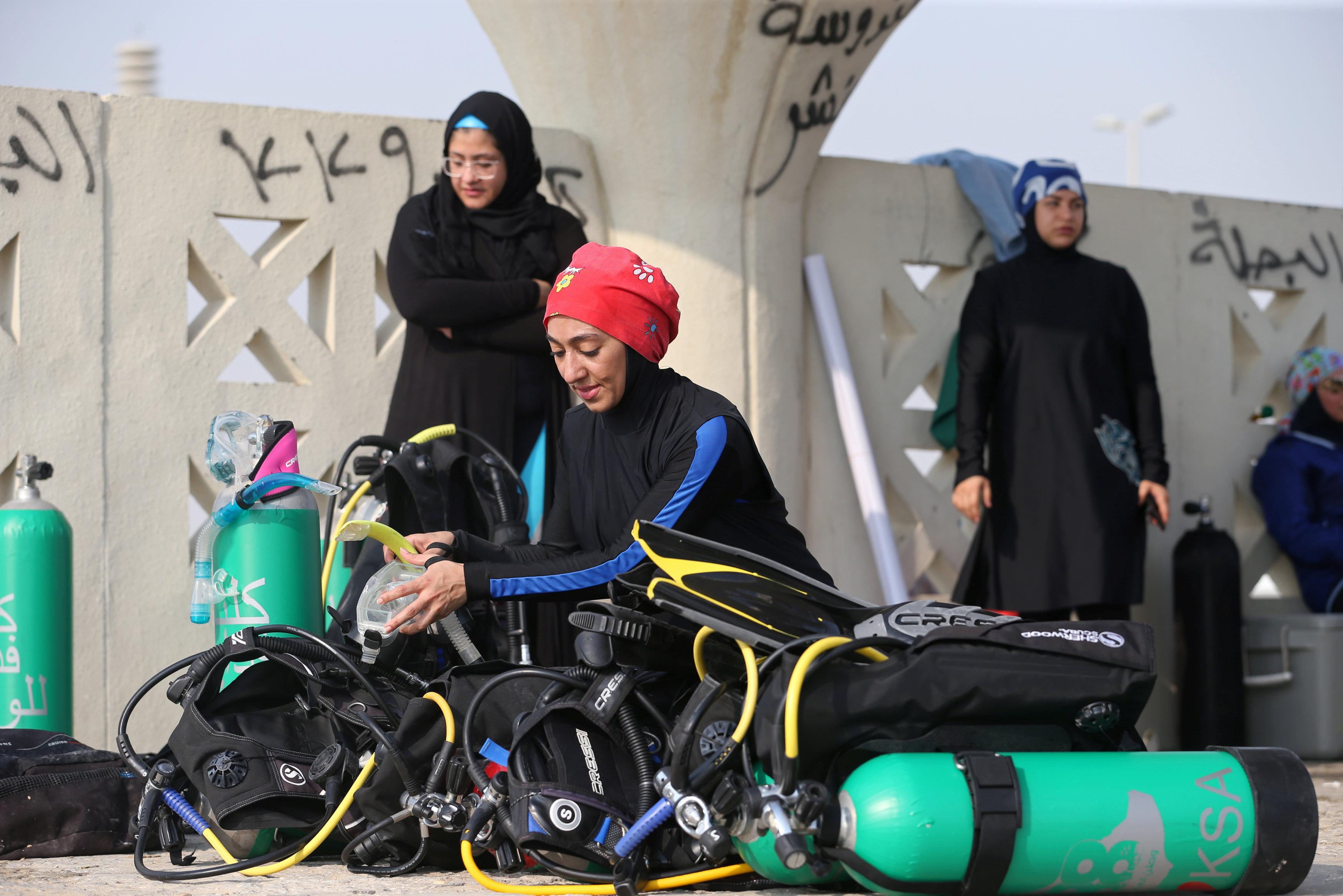 نساء سعوديات يتدربن على رياضة الغطس (12)