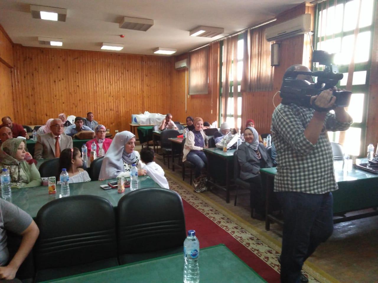 جانب من الحضور أثناء مناقشة رسالة دكتوراه الباحثة مها البرادعى