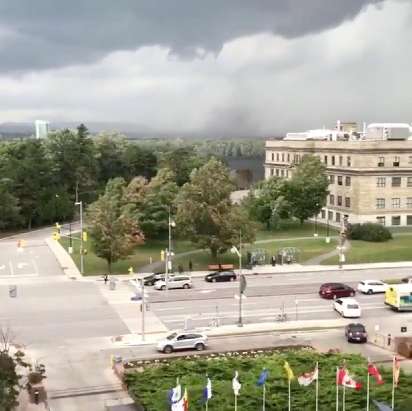 إعصار عنيف يضرب كندا