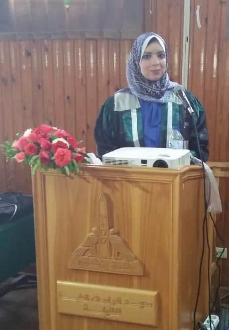 الباحثة مها البرادعى خلال عرضها ملخص رسالة الدكتوراه