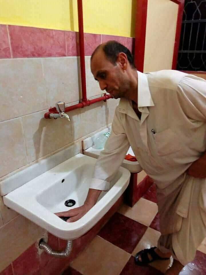 مدير مدرسة بالشرقية ينظف  الحمامات  بدلا من العامل المعاق  (3)