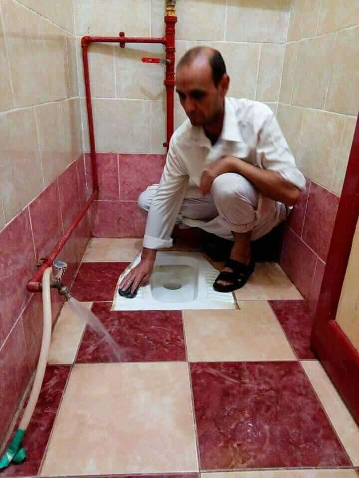 مدير مدرسة بالشرقية ينظف  الحمامات  بدلا من العامل المعاق  (4)