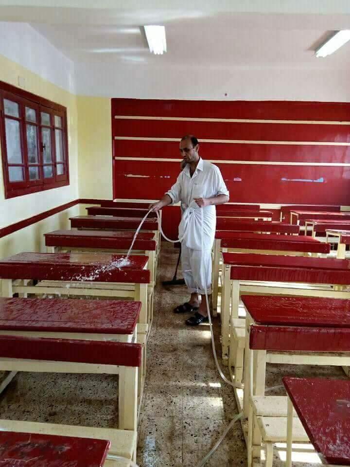 مدير مدرسة بالشرقية ينظف  الحمامات  بدلا من العامل المعاق  (2)