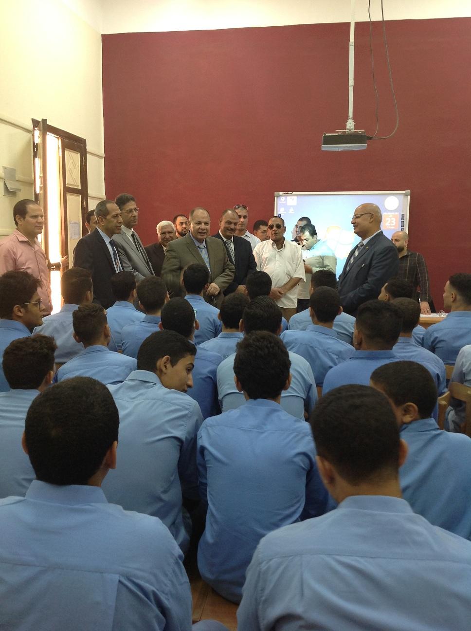 محافظ الفيوم والقيادات التعليمية يتفقدون المدارس (10)
