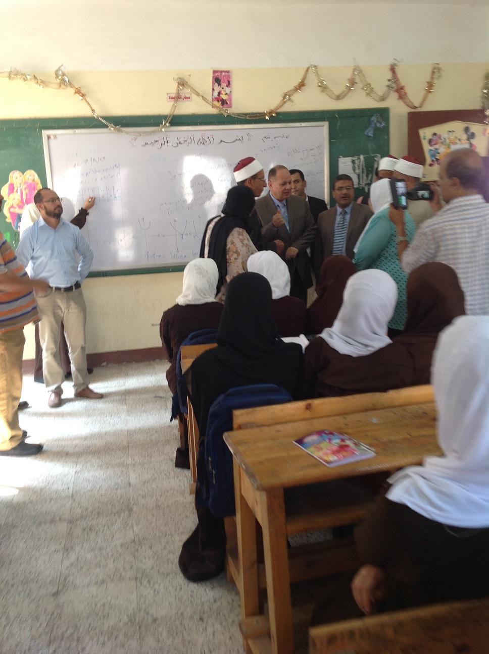 محافظ الفيوم والقيادات التعليمية يتفقدون المدارس (11)
