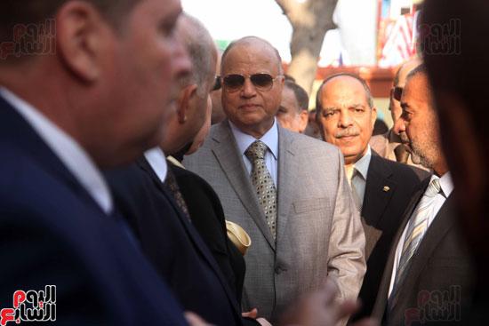 محافظ القاهرة يشارك طلاب مدرسة فى الزاوية تحية العلم (6)