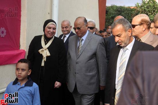 محافظ القاهرة يشارك طلاب مدرسة فى الزاوية تحية العلم (5)