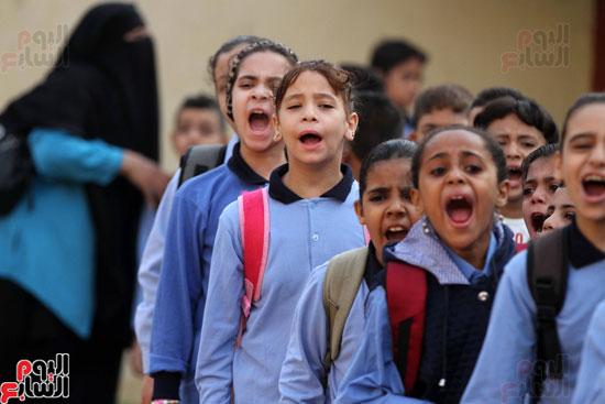 محافظ القاهرة يشارك طلاب مدرسة فى الزاوية تحية العلم (3)