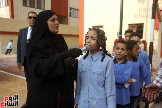 محافظ القاهرة يشارك طلاب مدرسة فى الزاوية تحية العلم (11)