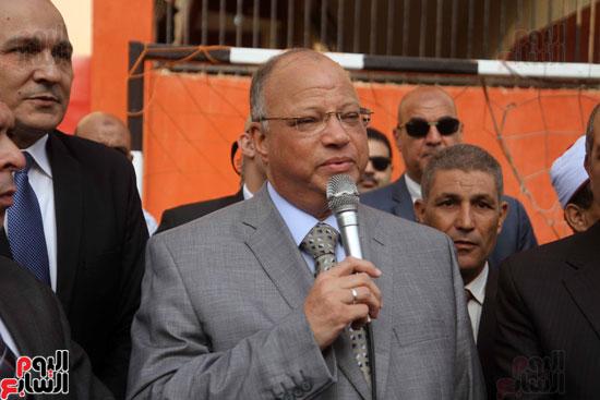 محافظ القاهرة يشارك طلاب مدرسة فى الزاوية تحية العلم (13)