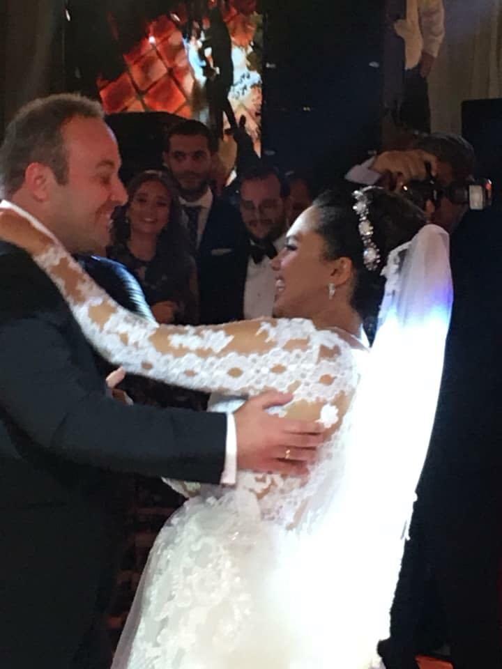 العروسان يرقصان