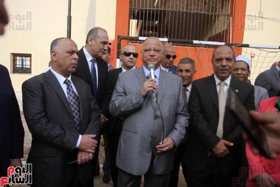 محافظ القاهرة يشارك طلاب مدرسة فى الزاوية تحية العلم (12)