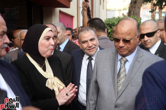 محافظ القاهرة يشارك طلاب مدرسة فى الزاوية تحية العلم (8)
