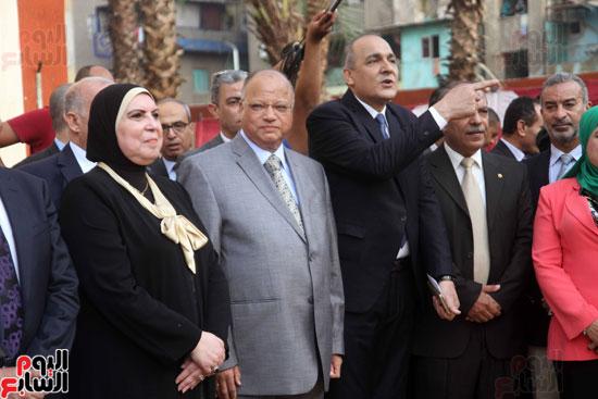 محافظ القاهرة يشارك طلاب مدرسة فى الزاوية تحية العلم (10)